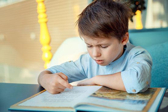 barn læser i bog