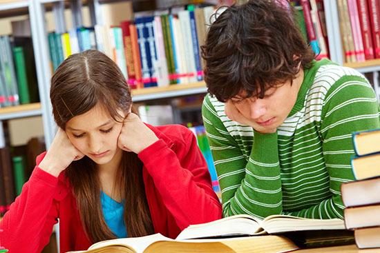 to teenagere læser i bøger